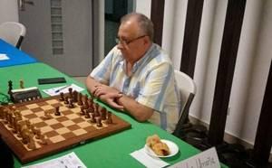 Ex seleccionado nacional y campeón defensor, además de exitoso ingeniero y empresario, don Carlos Araya.