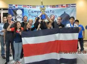 El Delegado de la FCA, Ivan Castillo, levanta el trofeo al segundo lugar general, con el apoyo y celebración de los atletas.